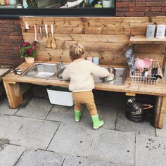 Outdoor-Küche für Kinder in Holzgerüsten Marie-Hélène-Gefecht # Battel # Ou. Outdoor kitchen for children in wooden scaffolding Marie-Hélène battle # Battel # Outdoor kitchen # Kids # Mariehélène # scaffolding wood Kids Outdoor Play, Outdoor Play Areas, Kids Play Area, Backyard For Kids, Diy For Kids, Kids Room, Outdoor Play Kitchen, Mud Kitchen For Kids, Kids Outdoor Spaces