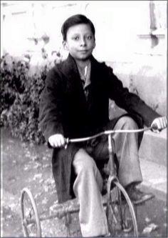 Rahul Dev Burman Musician as Kid ( - ) Bollywood Cinema, Indian Bollywood Actress, Bollywood Stars, Rare Pictures, Rare Photos, Rahul Dev Burman, R D Burman, Legend Singer, Guru Pics