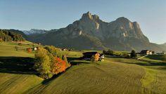 Durante o outono no Tirol do Sul, você poderá ainda desfrutar de dias quentes, caminhar pelos bosques onde as árvores estão tingidas de vermelho, laranja e ouro...uma experiência única! O grupo ITALIABELLA deseja a todos: um BOM DIA!   #dolomitas #italia #dicasdeviagem