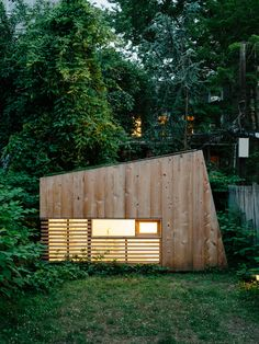 Modern Brooklyn backyard studio with plexiglass skylight, green roof, and cedar cladding facade Bungalows, Architecture Design, Garden Workshops, Backyard Studio, Decoration Inspiration, Studio Setup, Photo On Wood, Tiny House Design, Cabins In The Woods