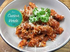 OnePot Pasta mit Tomatensauce - Rezept von Joes Cucina Verde Pasta, Chicken Wings, Meat, Chef, Food, Tomato Sauce Recipes, Chilli Recipes, Noodle, Food Food