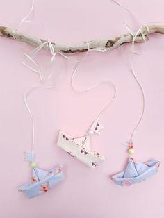 Baby Mobile selber machen: Ich nehme euch heute mit an den Strand – kommt ihr mit? Ein kleiner Ausflug vom Nähzimmer bis ans Meer tut uns allen sicherlich gut!Was gibt es Schöneres, als ein Urlaub am Meer? Sandburgen bauen, Muscheln sammeln, Schiffe beobachten und stundenlang im Wasser toben! Mit dem DIY Baby Mobile holen wir uns das Strandfeeling direkt ins Kinderzimmer! Learn How To Knit, How To Start Knitting, Origami Diy, Origami Boat, Pochette Diy, Bunny Crochet, Knitting Patterns, Sewing Patterns, Cute Baby Bunnies