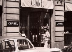 """""""I think I'm gonna see how's running da business"""" Gabrielle """"CoCo"""" Chanel visiting her CHANEL store in 31 Rue de Cambon in Paris. Chanel Vintage, Chanel Nº 5, Perfume Chanel, Mode Chanel, Chanel Brand, Chanel Store, Chanel Paris, Chanel Fashion, Fashion Bags"""