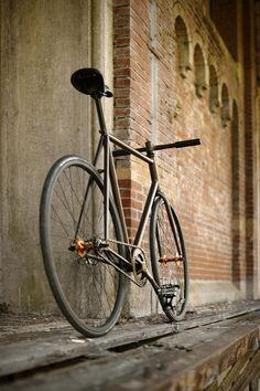 Le bici a scatto fisso sono l'equivalente maschile delle scarpe per le donne