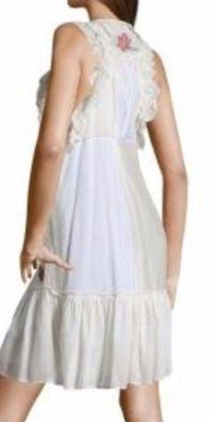 Vestido blanco y crudo, con motivos floreados, detrás, de Hoss Intropia