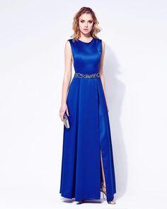 Vibrante blue dress para comecar a terça-feira!!!! #santamaniamoda #summer2017…
