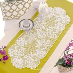 Find out Mani di Fata's most recent crochet works: schemes for classic works and crocheted filet. Crochet Placemats, Crochet Table Runner, Crochet Doily Patterns, Crochet Designs, Crochet Doilies, Crochet Lace, Crochet Cord, Thread Crochet, Crochet Stitches