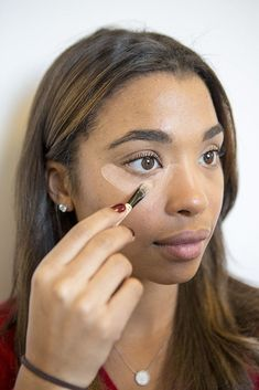 10 Concealer Hacks That Will Make Your Dark Circles Disappear: If there is one spot on the face that gives everything away, it's under the eyes. Best Makeup Brushes, Eye Makeup Tips, Skin Makeup, Best Makeup Products, Beauty Makeup, Hair Beauty, Makeup Tricks, Makeup Ideas, Beauty Products