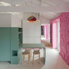 Decoração de casa pequena com paredes de pedra, parede rosa, parede de pedra rosa, decoração clean.