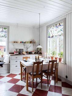 1800-TALSHUS MED KAKELUGNAR I VARJE RUM: Planen med renoveringen har hela tiden varit att försöka behålla husets själ och Christofer och Karin har renoverat så försiktigt som möjligt. De har inte rätat upp väggar, tak och golv, utan de lutar, precis som de ska göra i ett gammalt hus | L A N T L I V