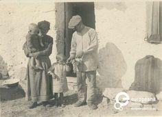 Alepohori, Attiki, Greece. A B/W family portrait. Ημερομηνία Δημιουργίας: 1914. Συλλέκτης: Peloponnesian Folklore Foundation Ίδρυμα: Europeana Fashion Χώρα Ιδρύματος: Greece