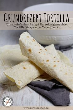 We show you how easy it is to make tortilla wraps or taco shells yourself. Our recipe consists of only four ingredients and is super quick and easy to make. Better than any tortilla pack you buy. Vegan Tacos, Pizza, Bread Bun, Tortilla Recipe, Finger Foods, Us Foods, Mexican Food Recipes, Appetizer Recipes, Sandwiches