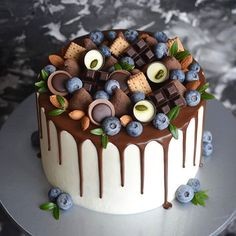 Idea how to set a rich and effective decoration on a plain cake using ready chocolate bars and chocolate candies. Nake Cake, Cake Recipes, Dessert Recipes, Plain Cake, Hazelnut Cake, Birthday Cake Decorating, Birthday Desserts, Blueberry Cake, Cool Wedding Cakes