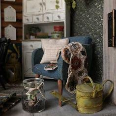Salla skapar miniatyrvärldar man vill bo i Diy Dollhouse, Throw Pillows, Furniture, Home Decor, Cushions, Homemade Home Decor, Home Furnishings, Decoration Home, Arredamento