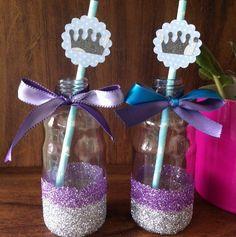 Garrafinhas de vidro com glitter e laço de cetim #papelcomdesign #papelariapersonalizada #festaspersonalizadas #lembrancinhas #festainfantil #frozen #especialgifts #lembrancinhaspersonalizadas