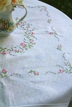 Table cloth From: Strawberry Shortcake XO, please visit Vintage Embroidery, Cross Stitch Embroidery, Embroidery Patterns, Hand Embroidery, Machine Embroidery, Rose Cottage, Shabby Chic Cottage, Cottage Style, Comedor Shabby Chic