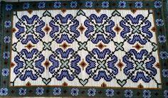 Tapete bordado com técnica arraiolo, feito com lã muito grossa e resistente.
