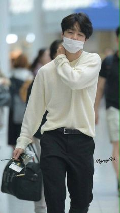Jimin hates their marriage. But when jimin decides to move on and forget about jungkook, jungko. Jimin Airport Fashion, Bts Airport, Airport Style, Airport Outfits, Bts Jimin, Bts Bangtan Boy, Park Ji Min, Foto Bts, Bts Photo