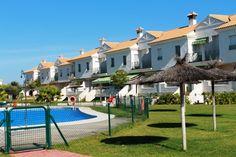 Casas adosadas en Cartaya, Huelva. Desde 77 m2, 2-4 hab, 2-3 baños, garaje, piscina, 1ª línea golf. Townhouses in Cartaya, Huelva. From 77 m2, 2-4 beds, 2-3 baths, garage, pool, 1st line golf. Desde/From 68.602 €