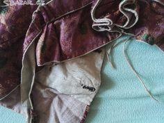 Špenzr (kabátek) ženský, rukávy vatované, hedvábný, vytkávaný, límec a rukávy zdobené aplikací látkovou ve formě okvětních lístků. Tyto kabátky nosily vdané ženy, jak ve středních Čechách, ale může také pocházet ze severovýchodních nebo východních Čech, z Podkrkonoší. Stáří cca 150 let.