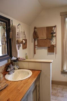 Nice country-looking bathroom. Would look great in an old farmhouse like my cousin Tonya just bought. ;-) #PrimitiveBathrooms