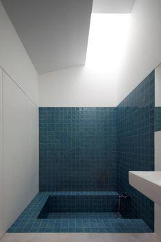 Bel effet géométrique du carrelage bleu. #blue #bathroom #tiles