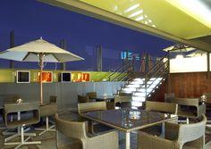 Disfruta de las noches de Alicante en nuestra terraza a dos alturas con zona de bar en la parte inferior y piscina en la superior http://www.espanol.marriott.com/hotels/travel/alcal-ac-hotel-alicante/