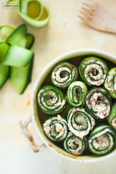 jadłonomia · roślinne przepisy: Roladki z cukini z twarożkiem Vegan Recipes, Vegan Food, Feta, Cucumber, Good Food, Vegetables, Cooking, Breakfast, Spring