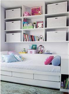 Estante suspensa com gavetões em vime. Fazer na parede toda com cesto coloridos. Inclusive ajudando a esconder o ar condicionado.
