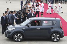 Pope\'s small car fascinates South Koreans