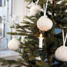 Enkle julekuler til juletreet!   Dette strikkeprosjektet tar kun noen minutter å gjennomføre, og passer fint til både nybegynnere og viderekommende som liker å strikke