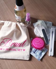 Hochzeit Notfall-Set – Braut Ideal for the maid of honor: The bride emergency set for the wedding, consisting of cotton bag, mirror, compartments, cosmetics kit and more. – so you stand by your bride as a maid of honor in all eventualities to the side! Wedding Tags, Wedding Quotes, Wedding Planer, Diy Wedding On A Budget, Cosmetic Kit, Exotic Wedding, Maid Of Honor, Marie, Destination Wedding