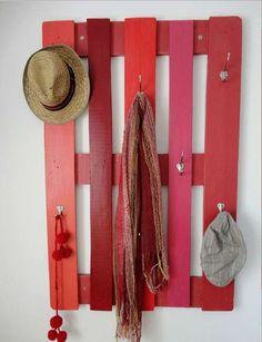 palette bois rouge porte manteaux