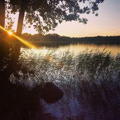 Coucher de soleil sur l'un des nombreux lacs qui composent les paysages sauvages de la Suède  #voyage #Travel #sweden #sunset #lake #blogging by chris_voyage #travel
