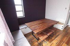 前回に引き続き私の仕事場をご紹介します みゆう設計室 @miyu_d 事務所の打ち合わせテーブルです . あまり広くないスペースだからこそベンチを二方向に設けています ベンチの下は収納なのでサンプルなどを置いています . テーブルの高さはワークデスクと同じ65センチ ベンチとスツールの座面の高さも低めにしてあります . なぜかリラックスすると言われるのですが偶然ではなく座面を下げたことで座った時にかかとがぺたんと床について安定した姿勢になるからだと思っています もちろん落ち着くスペースに家具を配置しているという効果もあり