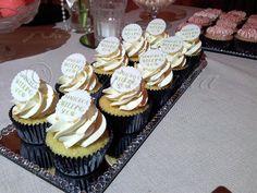 Detalle de cupcakes de frosting con oblea con el logo impreso con tinta comestible.