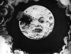 Georges Meliés es uno de los asistentes a la primera proyección de los hermanos Lumiere. En 1896 realiza una cámara a partir de un proyector.  Creó su estudio y se dedicó a incluir efectos especiales en sus grabaciones. Uno de los mejores ejemplos de su cine es 'Viaje a la Luna' (1902)