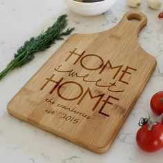 Etchey Etchey Bamboo Paddle Board Customize: Yes Farmhouse Cutting Boards, Custom Cutting Boards, Engraved Cutting Board, Diy Cutting Board, Personalized Cutting Board, Unique Bridal Shower Gifts, Diy Wood Signs, Diy Crafts For Gifts, Wooden Art