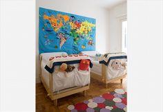 Os gêmeos Joaquim e Teodoro, de 6 meses, dividem este quarto decorado pela mãe, a designer Marcela Pepe. O painel de feltro com aplicações de velcro é um brinquedo educativo e reproduz o mapa-múndi. Os berços poderão se transformar em camas no futuro próximo