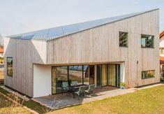 Ecolodge Aussenansicht - plusenergihus som har vissa detaljer som vi liknar det vi pratat om att göra. Det är t.ex. i trä och har ett sånt annorlunda lutande tak.