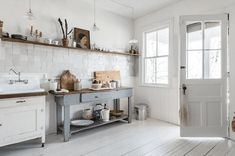 17 AirBNB Cabins With the Best Rustic Style Renting A House, Top Kitchen Trends, Kitchen Inspirations, Kitchen Renovation, Modern Rustic Homes, Kitchen Decor, Kitchen Trends, Rustic Home Design, Townhouse For Rent