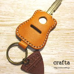 ギターキーカバー(アコースティック)キャメル レザー 革 2x Leather Carving, Leather Art, Leather Gifts, Leather Design, Leather Tooling, Leather Jewelry, Leather Keychain, Leather Wallet, Crea Cuir