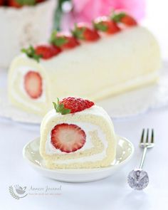 This egg white roll cake is light, soft, moist and filled with whipped cream and fresh strawberries. A very delicious cake treat not to be missed. Cake Roll Recipes, Delicious Cake Recipes, Yummy Cakes, Dessert Recipes, Japanese Roll Cake, Strawberry Roll Cake, Swiss Roll Cakes, Egg White Recipes, White Desserts