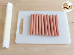 Saucisses Momies - Halloween, Recette Ptitchef Mayonnaise, Ketchup, Calories, Plastic Cutting Board, Sheet Pan, Halloween Party, Sausages, Entrees, Drizzle Cake