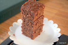 Skøn chokoladekage med lækre marsbars - kagen har den dejligste glasur på toppen. Den er klæg og saftig - og vist et godt bud på en favorit chokoladekage♥