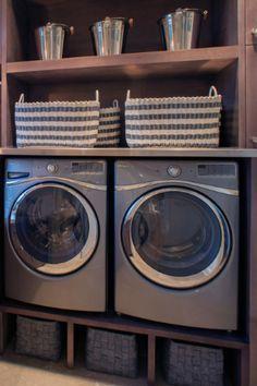 Wasmachine en droger op hoogte, wasmanden eronder