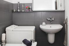 Remont łazienki za 450 zł. Weekendowa metamorfoza   Oto ostateczne koszty remontu łazienki: - klamka 17,90 zł - srebrna farba z spreju 17 zł - słuchawka prysznicowa 9,90 zł - deska klozetowa 24,9 zł - szpachla 5 zł - farba biała na ścianę 68 zł - farba do renowacji płytek ceramicznych 40 zł/2 l - farba do renowacji płytek podłogowych 100 zł/1 l - farba do powierzchni drewnianych 65 zł/0,75 l.