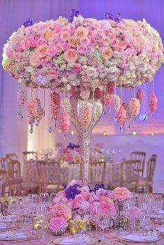 Arranjo floral de conto de fadas. Cristais, muitas flores e muito romantismo.