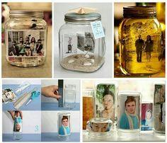 Portaretratos con envases de vidrio.