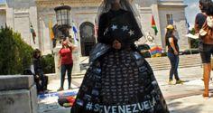 VENEZUELA DE LUTO: Artista venezolana desnuda la cruda realidad de Venezuela ante el mundo